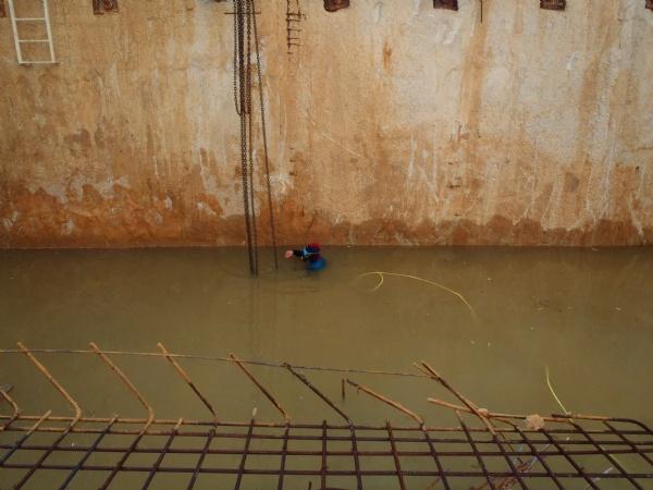 שחרור שרשראות המנוף בצלילה מרשת הזיון לפני יציקת הבטון מתחת למים